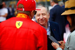 Jean Todt, Presidente FIA, parla con Kimi Raikkonen, Ferrari, in griglia di partenza