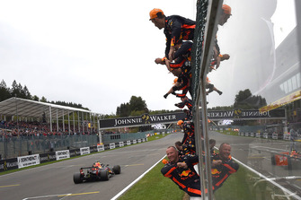 Max Verstappen, Red Bull Racing RB14 finshes crosses the line with his mechanics celebrating