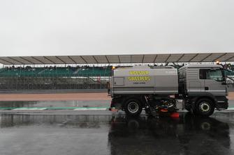 Les balayeuses nettoient la piste de Silverstone