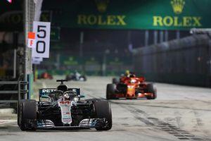 Lewis Hamilton, Mercedes-AMG F1 W09 precede Sebastian Vettel, Ferrari SF71H