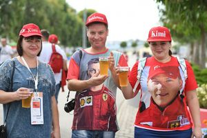 Des fans de Kimi Raikkonen, Ferrari boivent une bière