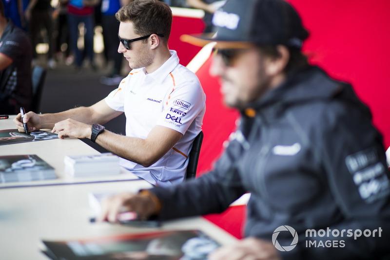 Stoffel Vandoorne, McLaren firma autógrafos