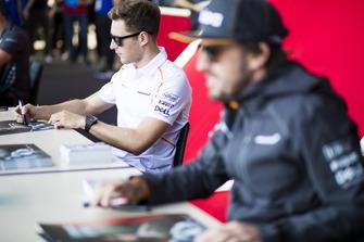 Stoffel Vandoorne, McLaren signe des autographes