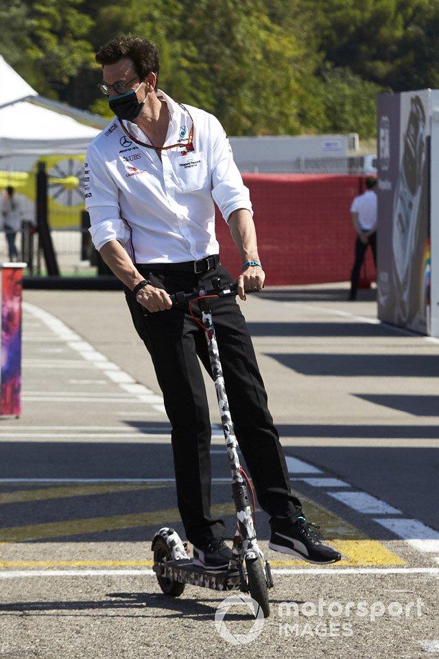 Тото Вольф, босс Mercedes AMG, на самокате