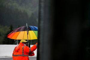 Un marshals che si ripara dalla pioggia
