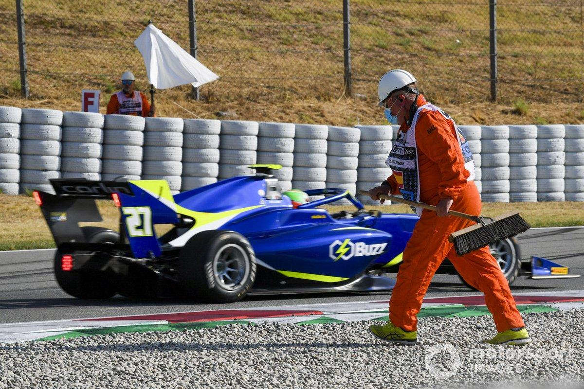 Leonardo Pulcini, Campos Racing drives past a marshal on the gravel