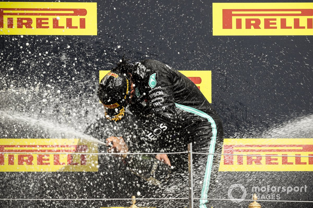 Lewis Hamilton, Mercedes-AMG F1, primo posto, festeggia sul podio con lo champagne