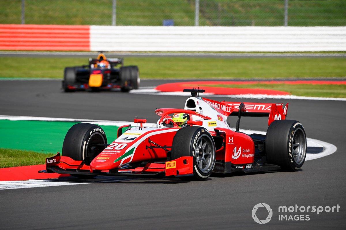 Mick Schumacher, Prema Racing, davanti a Yuki Tsunoda, Carlin