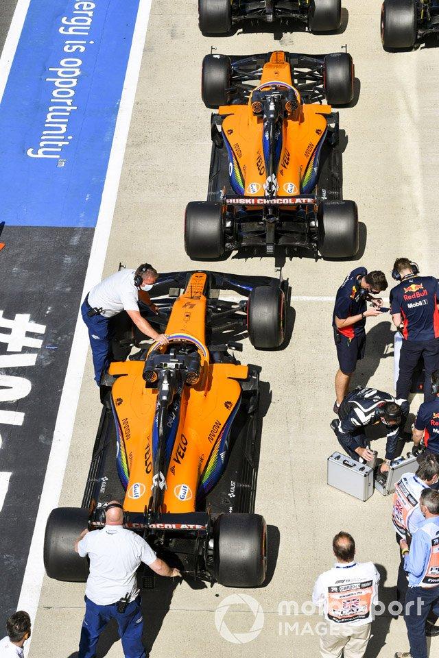 Los monoplazas de Lando Norris, McLaren MCL35, y Carlos Sainz Jr., McLaren MCL35, en Parc Ferme