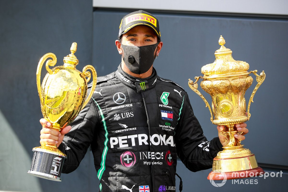 Il vincitore della gara Lewis Hamilton, Mercedes-AMG F1 con il trofeo sul podio