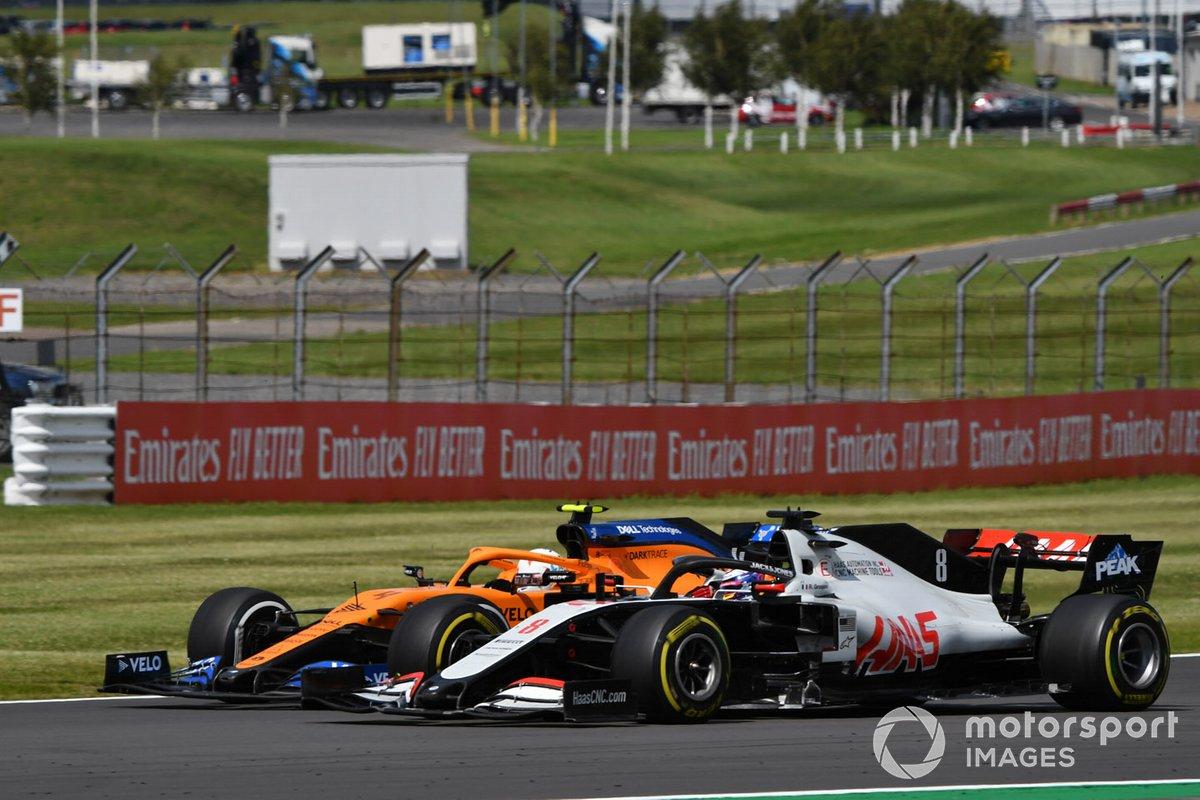 Lando Norris, McLaren MCL35, in battaglia con Romain Grosjean, Haas VF-20