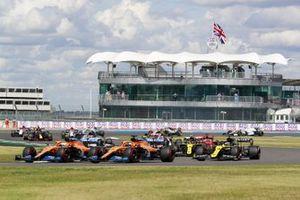 Lando Norris, McLaren MCL35 et Carlos Sainz Jr., McLaren MCL35 au départ de la course