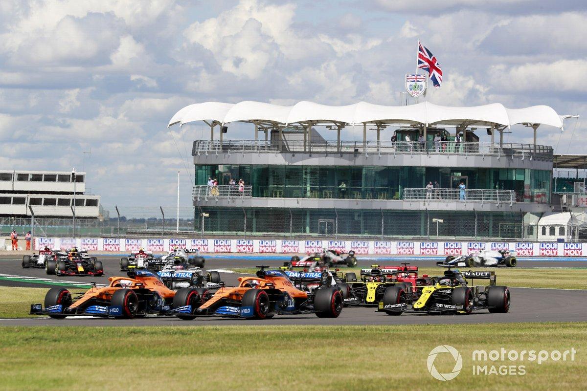 Lando Norris, McLaren MCL35 and Carlos Sainz Jr., McLaren MCL35 alla partenza della gara