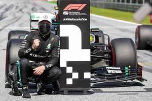 Le poleman Valtteri Bottas, Mercedes-AMG Petronas F1 à côté du numéro 1