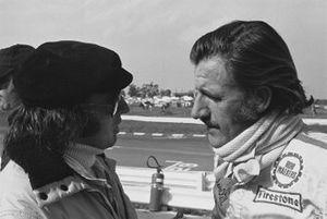 Jackie Stewart, Tyrrell 001-Ford, en conversation avec Graham Hill, Lotus 72C-Ford