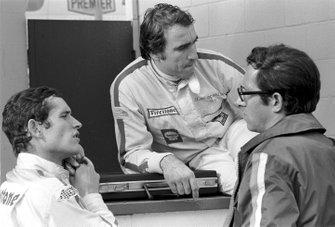 Jacky Ickx con Clay Regazzoni y el diseñador de Ferrari Mauro Forghieri
