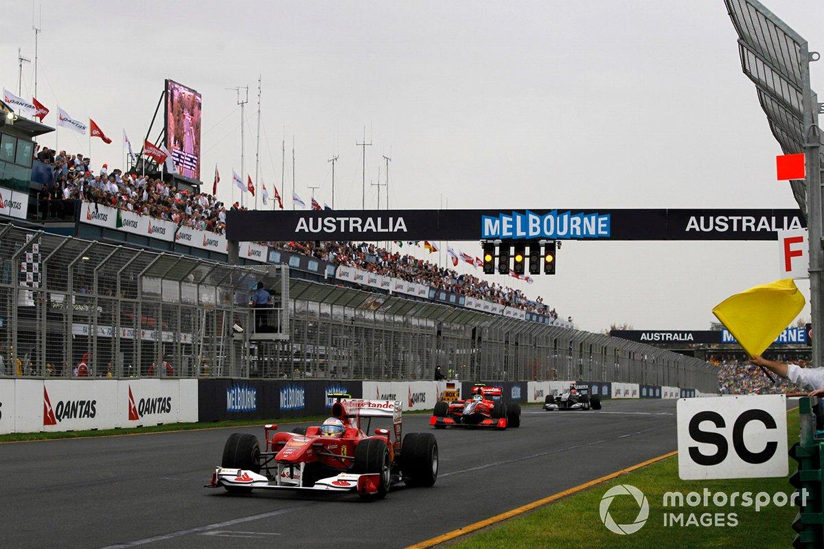 Fernando Alonso, Ferrari F10, lidera a Lucas di Grassi, Virgin VR-01 Cosworth y Michael Schumacher, Mercedes GP W01