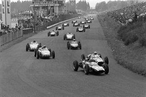Start zum GP Deutschland 1961 auf dem Nürburgring: Jack Brabham, Cooper T58, führt