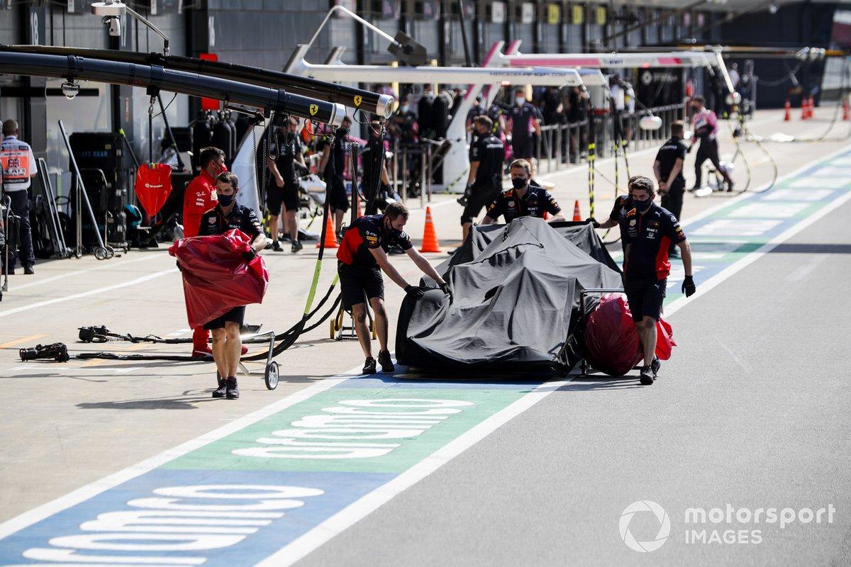 Los mecánicos de Red Bull con el monoplaza dañado de Alex Albon, Red Bull Racing RB16