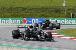 Valtteri Bottas, Mercedes F1 W11 EQ en Lewis Hamilton, Mercedes F1 W11 EQ