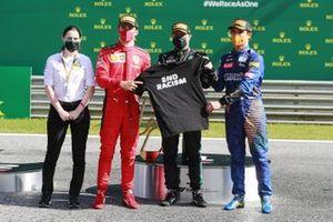 Ландо Норрис, McLaren, Валттери Боттас, Mercedes-AMG Petronas F1 и Шарль Леклер, Ferrari держат майку с антирасистским девизом