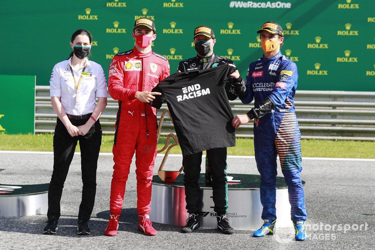 Charles Leclerc, Ferrari, Valtteri Bottas, Mercedes-AMG Petronas F1, y Carlos Sainz Jr., McLaren, sostienen una camiseta de End Racism después de la carrera