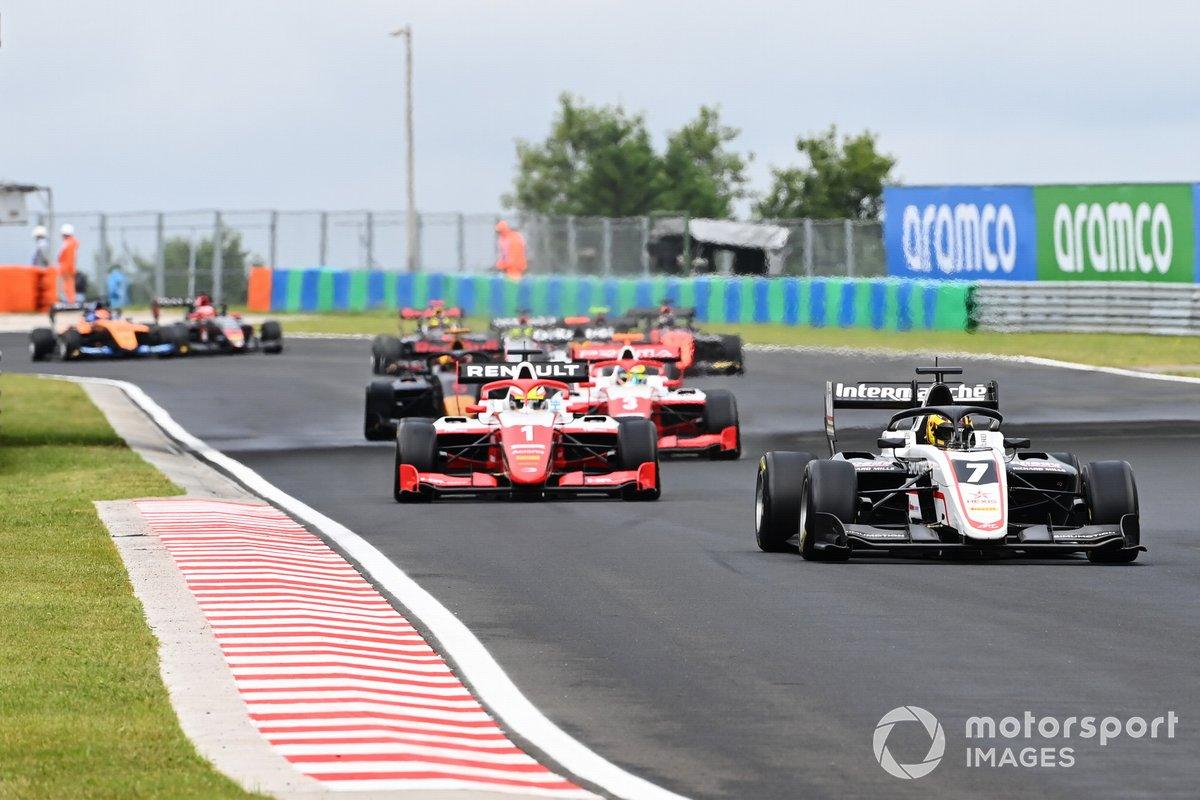 Theo Pourchaire, ART Grand Prix, precede Oscar Piastri, Prema Racing e Logan Sargeant, Prema Racing