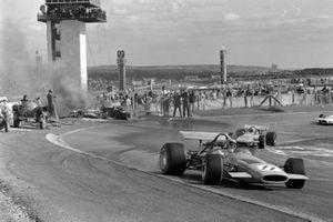 Bruce McLaren, McLaren M14A Ford, Mario Andretti, March 701 Ford, pasa a los oficiales trabajando para extinguir un coche en llamas