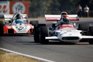 Helmut Marko, BRM P153 devant Andrea de Adamich, Surtees TS9B Ford