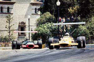 Denny Hulme, McLaren M7A, Pedro Rodriguez, BRM P126