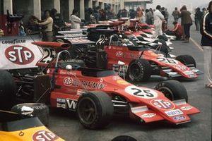 Los coches alineados en los pits, incluyendo los Ford 721G de Ronnie Peterson y Niki Lauda...