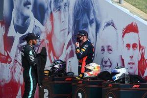 Le second Lewis Hamilton, Mercedes-AMG Petronas F1, et le vainqueur Max Verstappen, Red Bull Racing parlent après la course