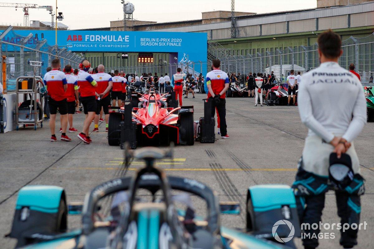 El equipo de carreras de Mahindra en un minuto de silencio en la parrilla antes de la carrera
