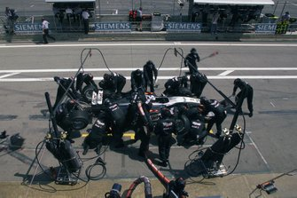 David Coulthard, McLaren MP4-15, pit stop