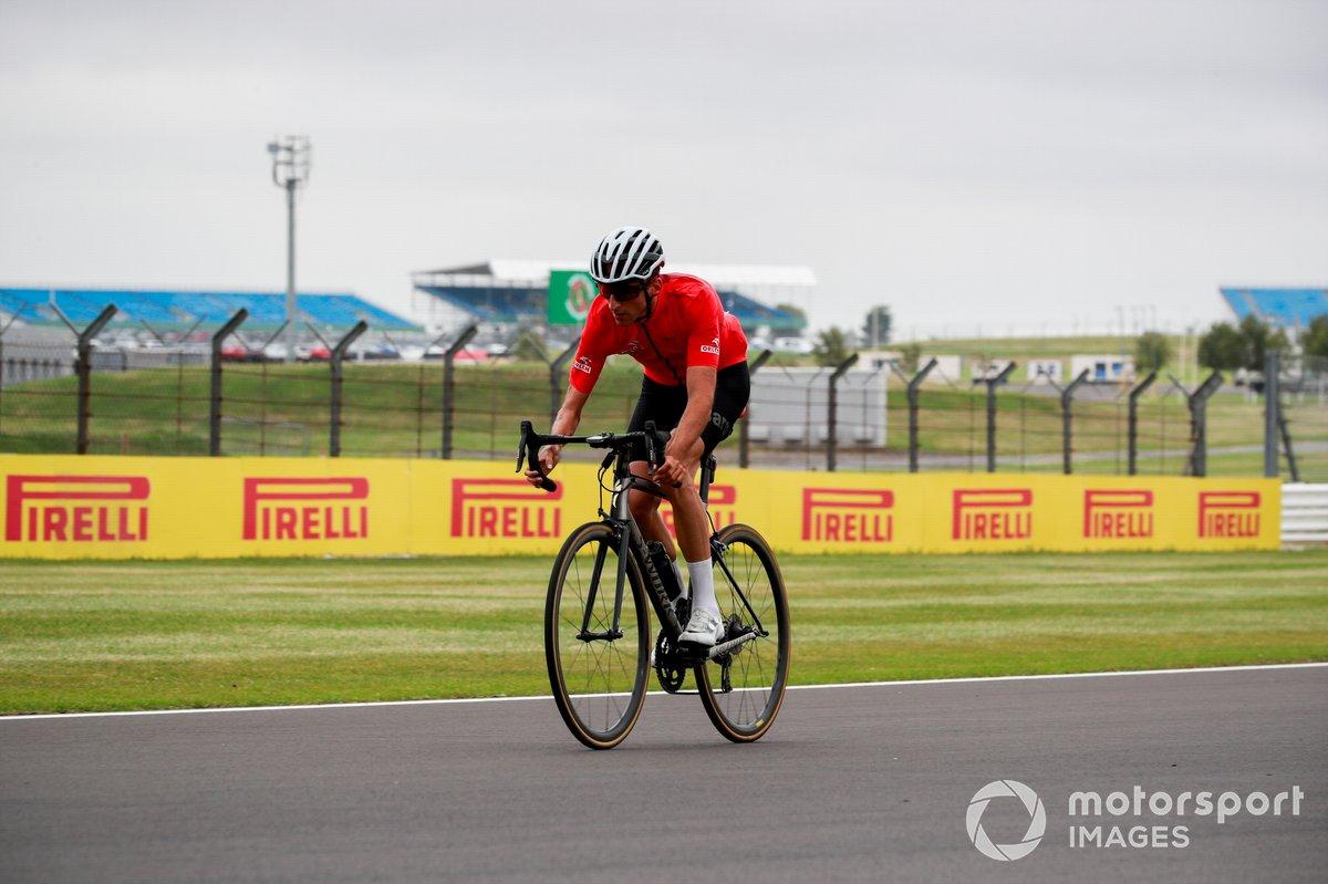 Robert Kubica, Alfa Romeo, da una vuelta en bici