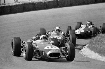 Jack Brabham, Brabham BT19 Repco leads Denny Hulme, Brabham BT20 Repco and Jim Clark, Lotus 33 Climax