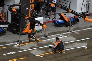 L'équipe McLaren assèche l'emplacement dans les stands