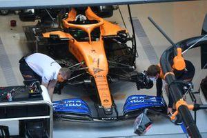 Механики работают над McLaren MCL35 Ландо Норриса