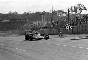 Denny Hulme, Mclaren M19A toma la bandera para ganar