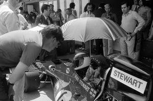 Ken Tyrrell parle avec Jackie Stewart, Tyrrell 003 Ford dans la voie des stands