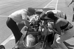 El ganador Emerson Fittipaldi, es felicitado por el jefe de Lotus Colin Chapman, el director del equipo de Lotus Peter Warr y su esposa Maria Helena.
