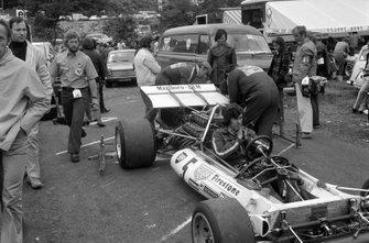 Los mecánicos trabajan en el BRM P160B de Jean-Pierre Beltoise