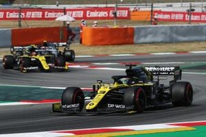 Daniel Ricciardo, Renault F1 Team R.S.20, leads Esteban Ocon, Renault F1 Team R.S.20