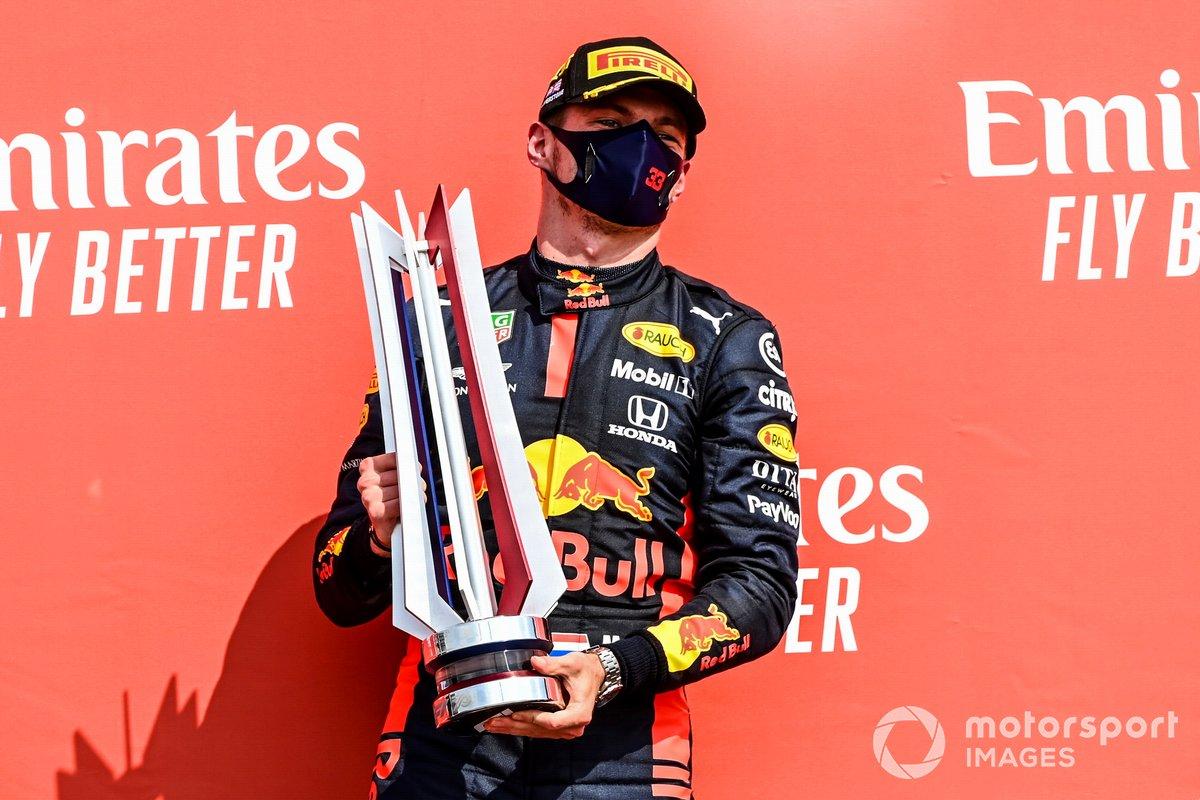 Il vincitore della gara Max Verstappen, Red Bull Racing festeggia sul podio con lo champagne