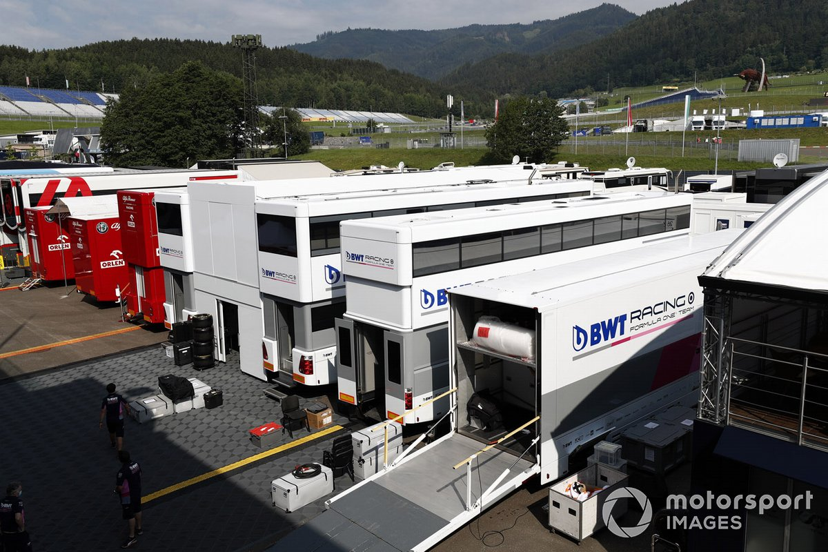 Camions Racing Point dans le paddock