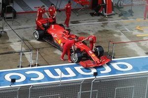 Mechanics with the car of Sebastian Vettel, Ferrari SF1000