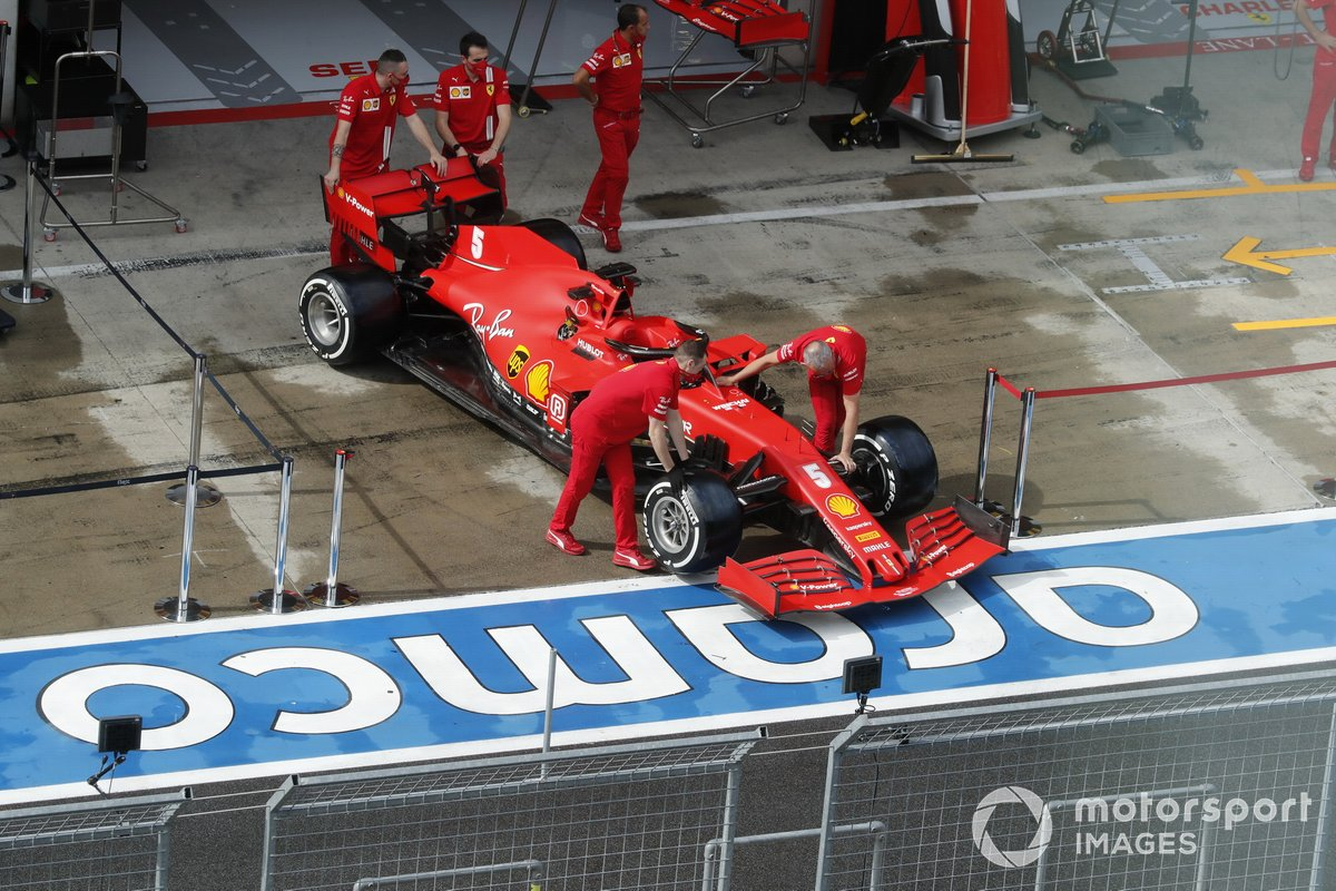 Mechanics with the car of Sebastian Vettel, Ferrari SF1000