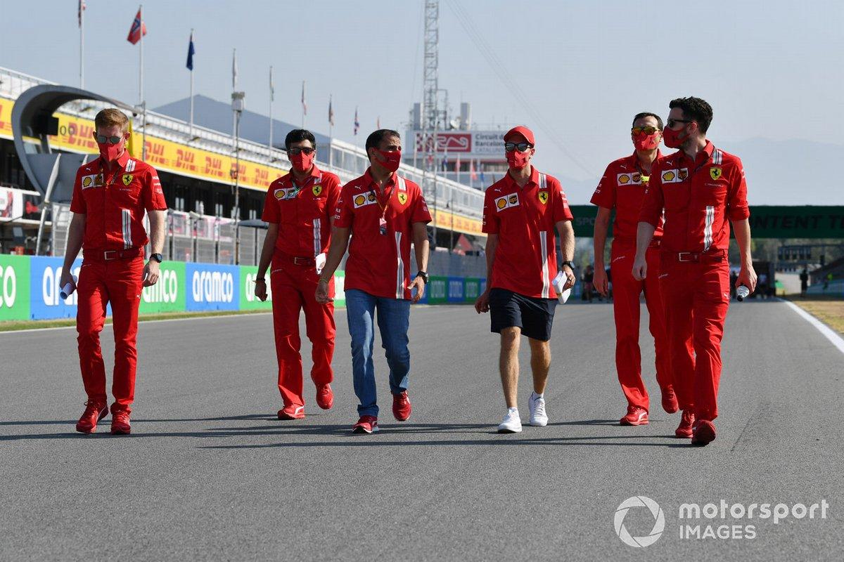 Sebastian Vettel, Ferrari, Marc Gene e altri membri del team camminano sul circuito