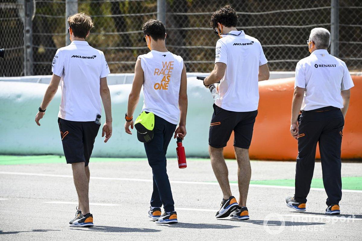 Lando Norris, McLaren camina por la pista