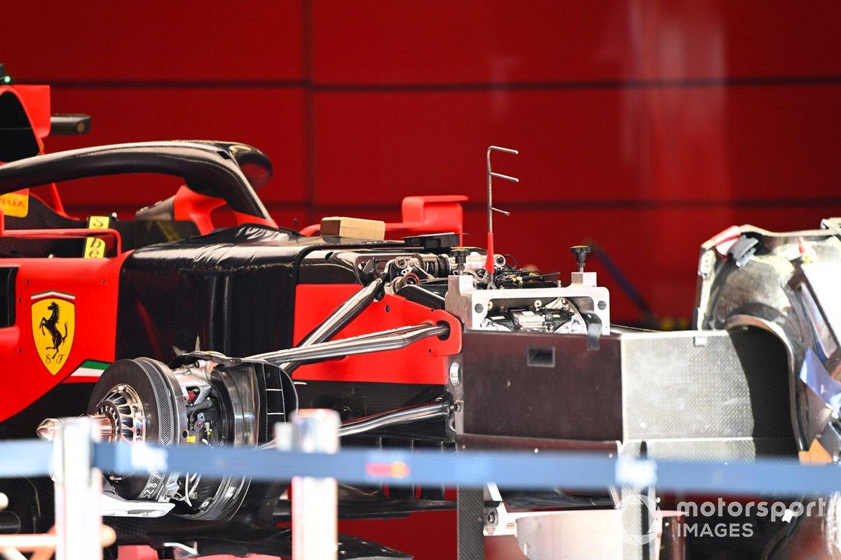 Dettaglio sospensioni anteriori e freni della Ferrari SF1000